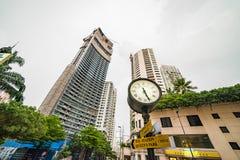 La tour d'horloge classique se tient dans la rue de la zone résidentielle de luxe de Bangkok Image stock