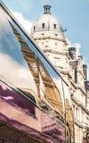La tour d'horloge de Big Ben s'est reflétée dans une fenêtre d'autobus image libre de droits