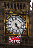 La tour d'horloge et l'indicateur britannique Photos stock