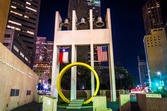 La tour de Bell la nuit, à la place d'action de grâces, à Dallas, Tex photographie stock