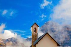 La tour de cloche de l'église dans les dolomites, Italie Photos libres de droits