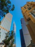 La tour de cloche du 19ème siècle de la cathédrale de St John en Hong Kong, entourée par les nombreux gratte-ciel modernes qui ca photo libre de droits