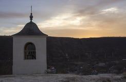 La tour de cloche du monastère de caverne dans vieil Orhei, Moldau Image stock