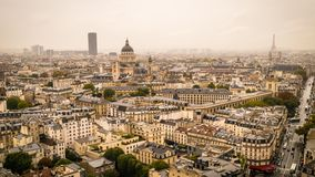 La tour de Tour Eiffel, de Panthéon et de Montparnasse dans le brouillard et les nuages, bourdonnent dedans clips vidéos
