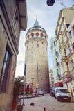 La tour de Galata est un point de repère célèbre dans le côté européen d'Istanbul Photo stock