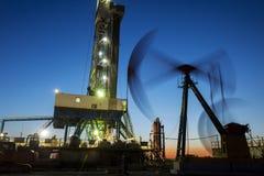 La tour de gisement de pétrole photographie stock