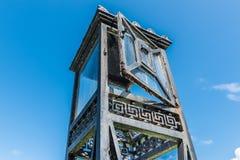 La tour de lanterne de fer de vintage avec les portes en verre et le support ont isolé o Photographie stock