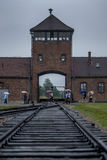 La tour de montre à l'entrée au camp de concentration d'Auschwitz-Birkenau à Oswiecim en Pologne Photo stock