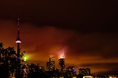 La tour de NC et la partie de l'horizon de Toronto la nuit image stock
