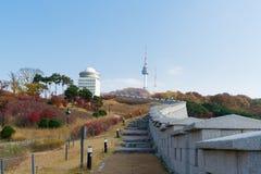 La tour de Séoul avec l'érable jaune et rouge d'automne part chez Namsan MOIS Photos libres de droits