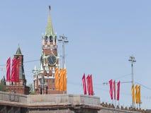 La tour de Spasskaya et les soldats vont après la répétition de défilé Images stock