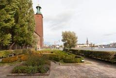 La tour de Stockholm Stadshuset a construit en 1923 et les arbres grands autour Exemples d'architecture de la Suède photographie stock