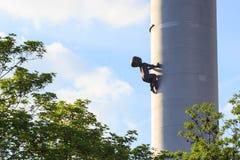 La tour de télévision de Zizkov est une tour d'émetteur construite à Prague entre 1985 et 1992 avec des sculptures du rampement d Photo libre de droits