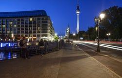 La tour de télévision du liebknecht Berlin Allemagne l'Europe de karl de rue photo libre de droits