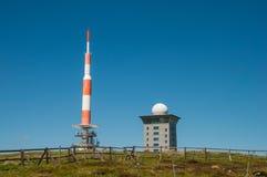 La tour de transmission de TV sur la montagne de Brocken Image stock