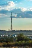La tour de TV est dans le pays sous les nuages Image stock