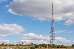 La tour de TV est dans le pays sous les nuages Images libres de droits