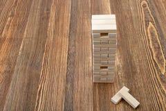 La tour des blocs en bois placés sur une table Photo libre de droits
