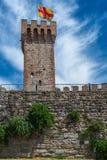 La tour du château d'Este avec le drapeau entouré par le vieux brickwall i images stock