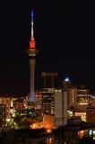 La tour du ciel d'Auckland s'allume pour Paris Images stock