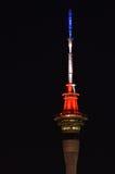 La tour du ciel d'Auckland s'allume pour Paris Image stock