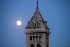 La tour du DES d'Eglise Notre Dame mâche, avec la pleine lune, Paris Image libre de droits