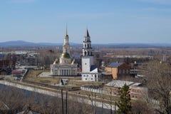 La tour en baisse dans la ville de Nevyansk dans les Monts Oural Images libres de droits