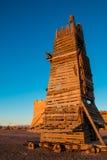 La tour en bois de beffroi ou de siège a été employée pour attaquer les murs de château images stock