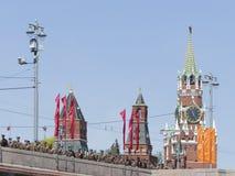 La tour et les dirigeants de Spasskaya sont sur le pont Photo stock