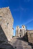 La tour médiévale sur est partie et la cathédrale de Porto vue par Dom Pedro Pitoes Street Image stock