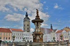 La tour noire et la fontaine de Samson en place d'Ottokar II Jovice de› d'ÄŒeské BudÄ République Tchèque photographie stock