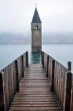 La tour submergée de l'église de reschensee profondément dans le lac Resias de Bolzano ou bozen chez l'Italie photographie stock libre de droits