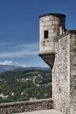 La tourelle et les murs en pierre du château médiéval images stock