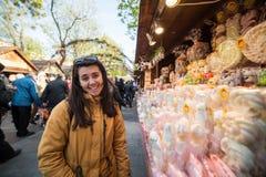 La touriste de femme choisit la sucrerie au marché en coulisse Photo stock
