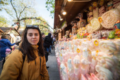 La touriste de femme choisit la sucrerie au marché en coulisse Image stock