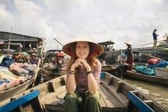 La touriste de femme explorent la culture vietnamienne en rivière de delta du Mékong photos stock