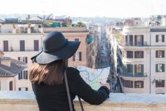 La touriste de femme regarde la carte sur la rue photo libre de droits