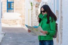 La touriste de femme regarde la carte sur la rue photographie stock libre de droits