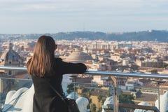 La touriste de femme regarde sur la ville Rome image stock