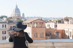 La touriste de femme regarde sur la ville Rome images libres de droits