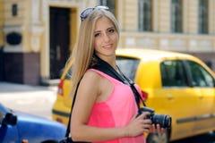 La touriste de fille marche autour de la ville avec un appareil-photo image libre de droits