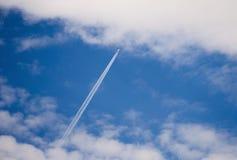 La traînée de l'avion dans le ciel Photographie stock