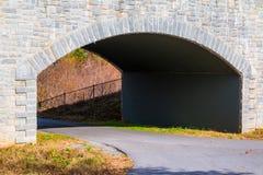 La traînée et la pierre de parc de Piémont jettent un pont sur le plan rapproché, Atlanta, Etats-Unis Photo libre de droits