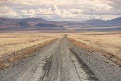 la traccia 4x4 allunga verso le montagne, Nevada Fotografia Stock