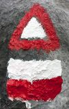 Simboli bianchi e di rosso di escursione della traccia dei segni Fotografia Stock Libera da Diritti