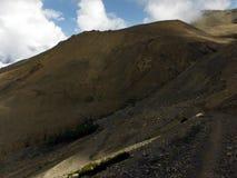 La traccia del Trekker e ponte sospeso nel paesaggio himalayano asciutto Fotografia Stock Libera da Diritti
