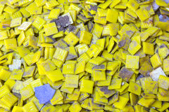 La traccia della candela di giallo della colata ha messo sul muro di cemento Fotografia Stock