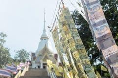 La tradición de Tailandia que puso los billetes de banco tailandeses que colgaban abajo Imagenes de archivo