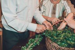 La tradizione ucraina di nozze è la tessitura della corona della sposa fotografia stock libera da diritti
