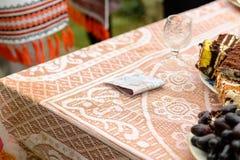 La tradizione ucraina di nozze è un riscatto dello sposo dello sposo immagine stock